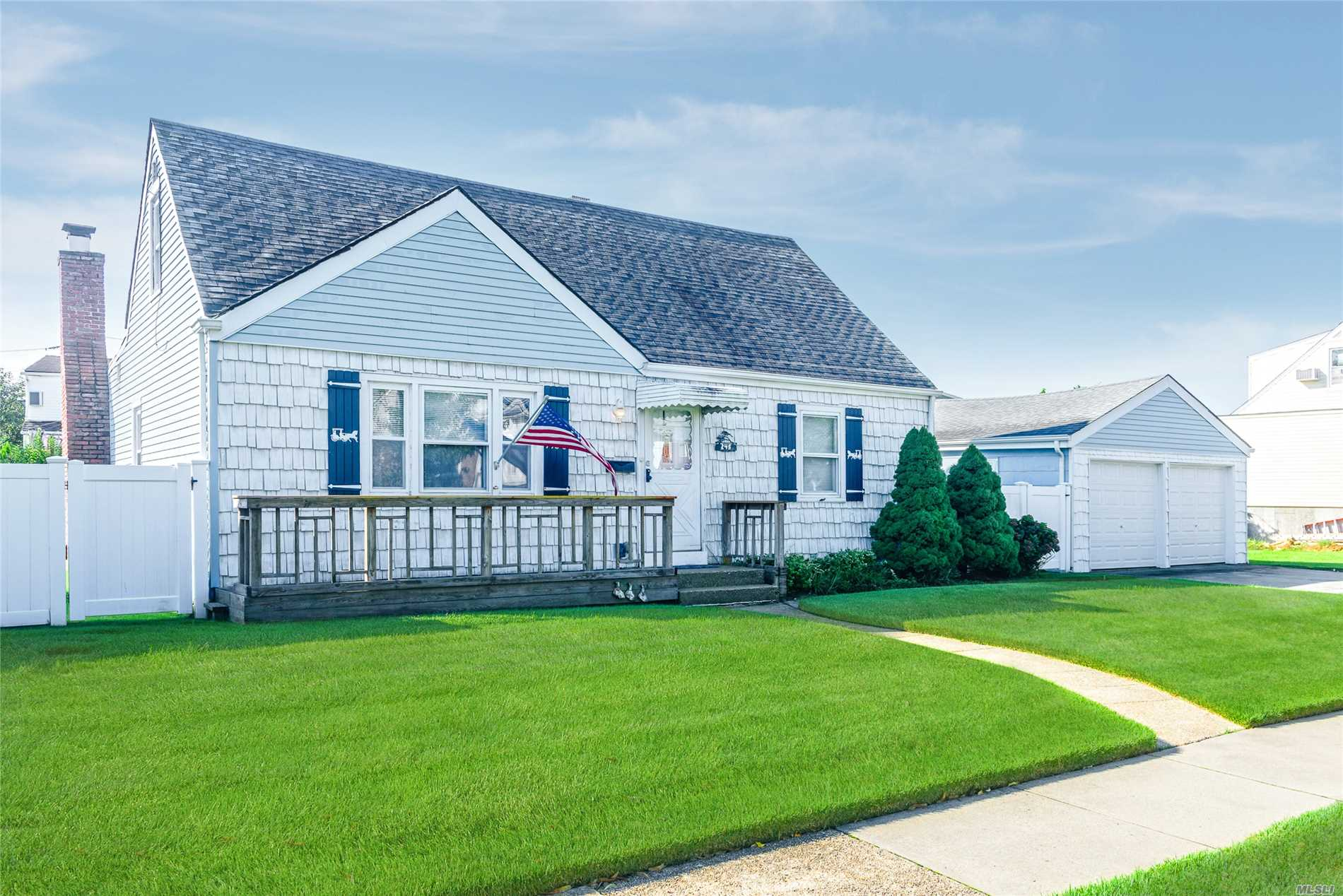 Photo of home for sale at 245 Windsor Pkwy W, Oceanside NY