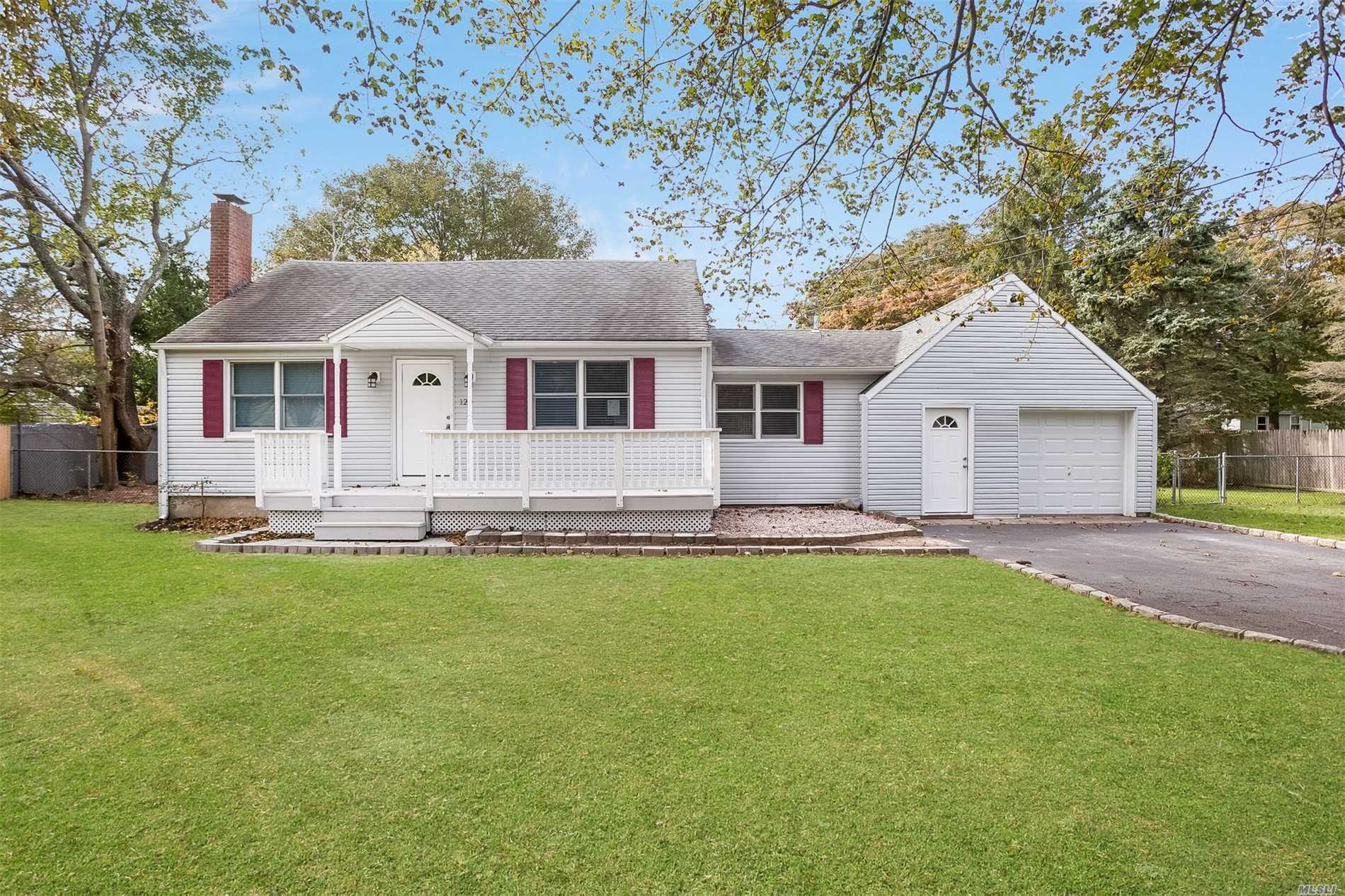 Photo of home for sale at 120 Central Ave, Bohemia NY