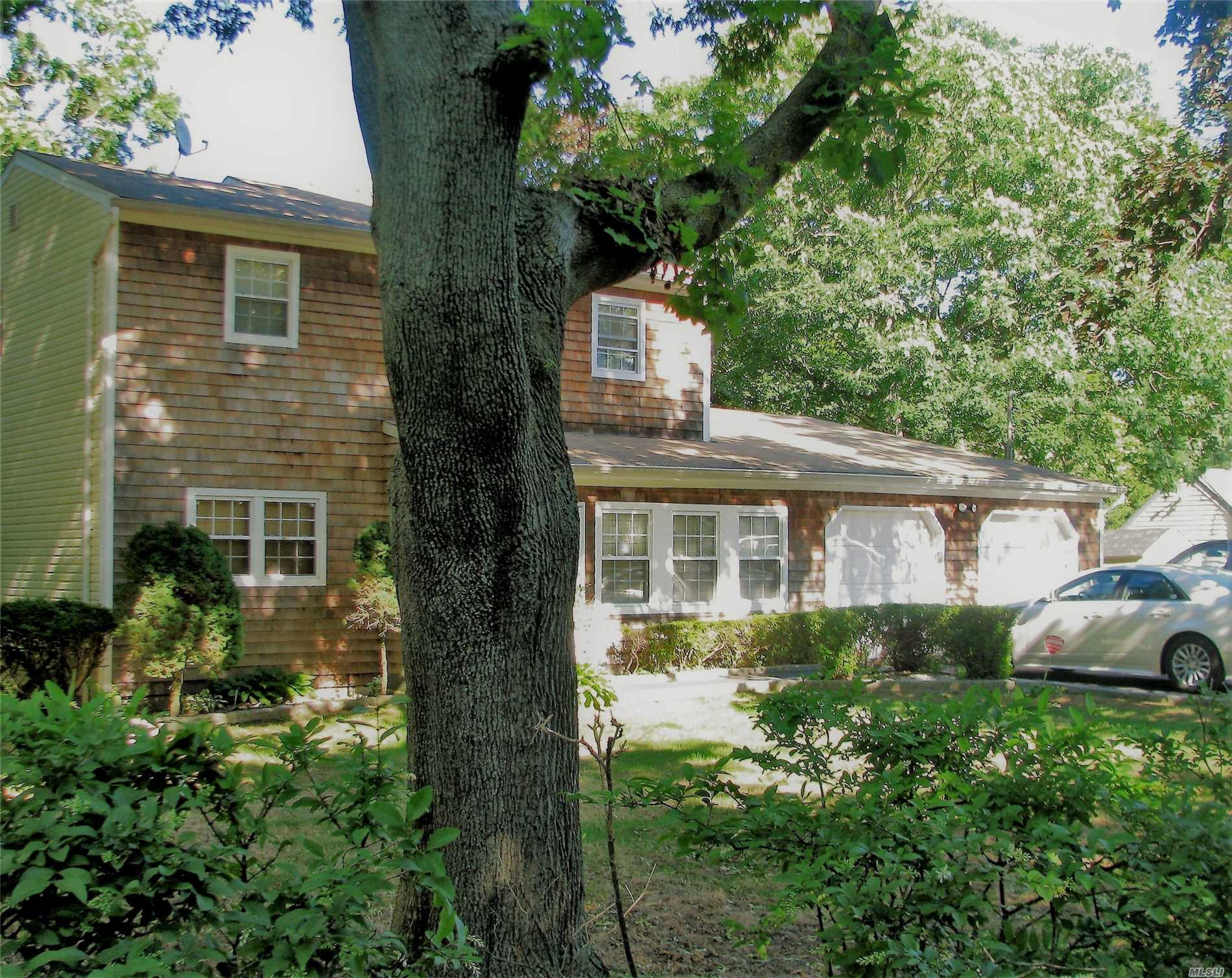 Photo of home for sale at 1597 Heckscher Ave, Bay Shore NY