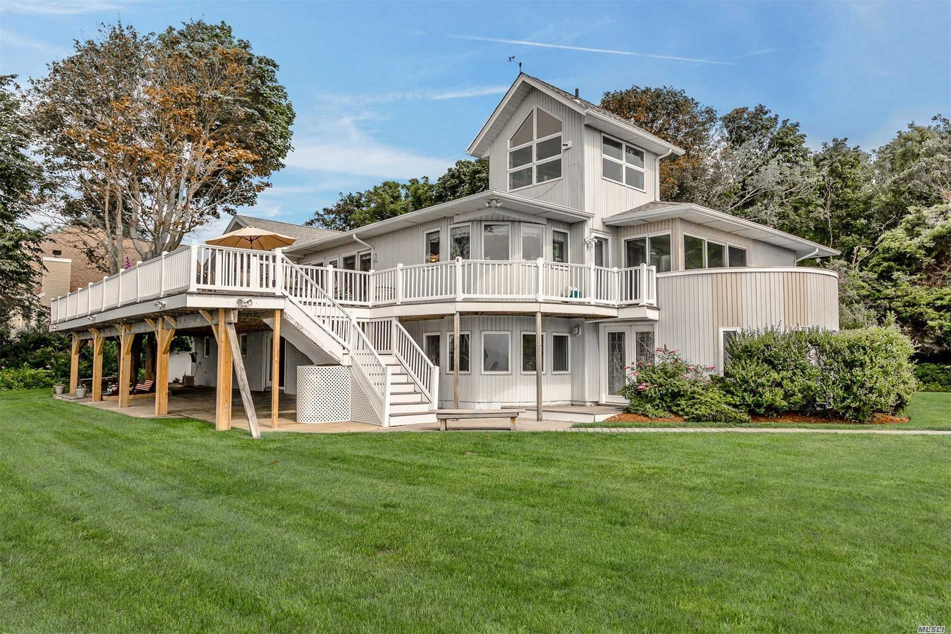 Photo of home for sale at 270 Edgewater Ave, Bayport NY