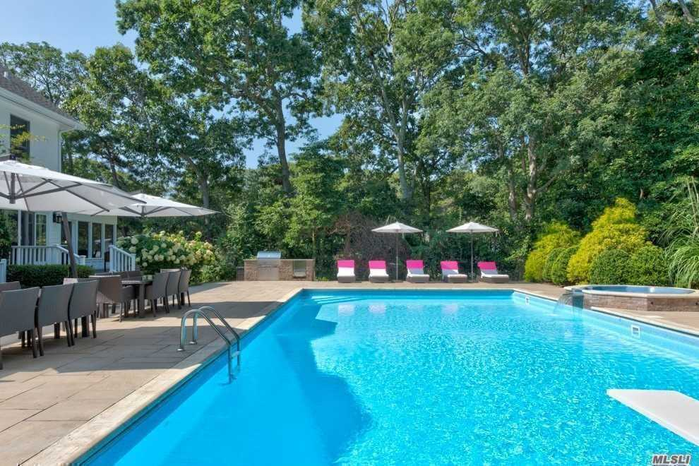 Photo of home for sale at 800 West Rd, Cutchogue NY
