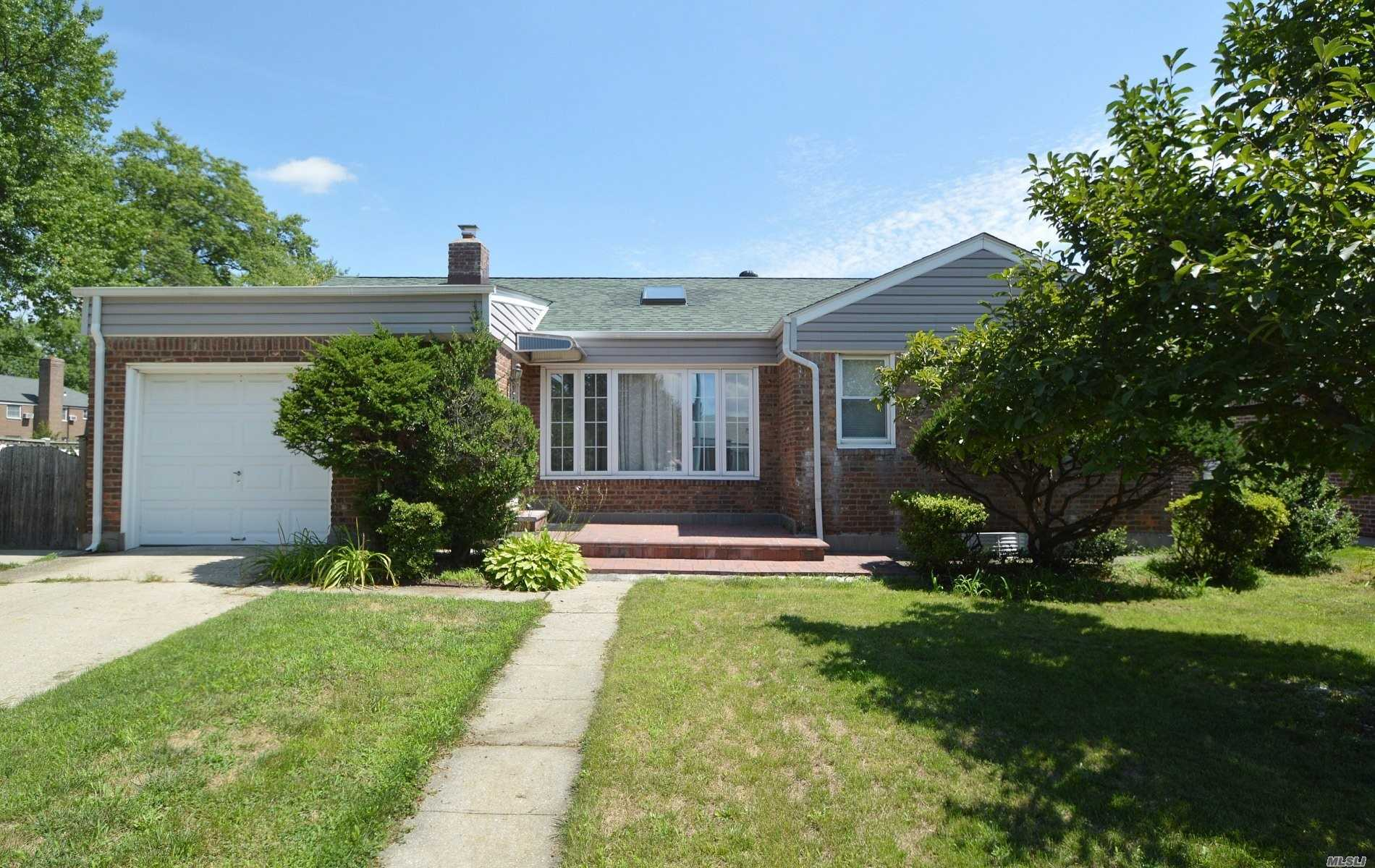 Photo of home for sale at 63-27 253rd St, Little Neck NY