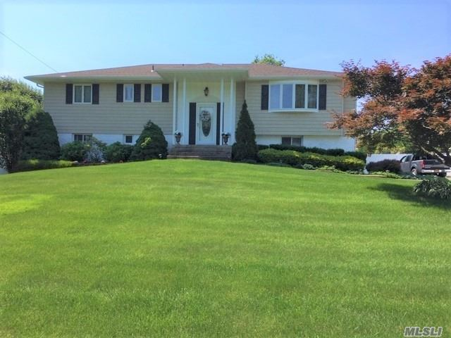 Photo of home for sale at 3 Olympia Pl, East Northport NY
