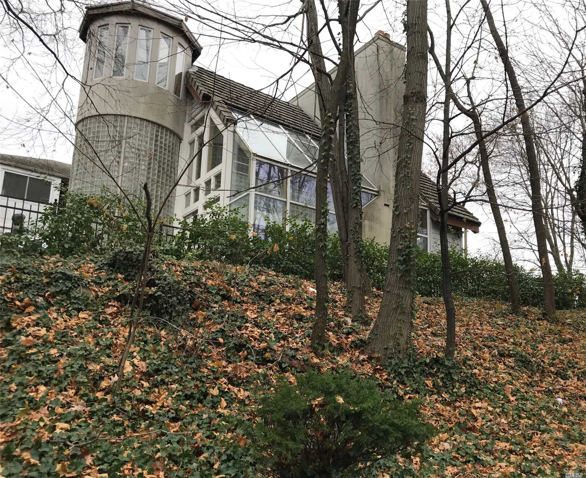 Photo of home for sale at 100 15th Ave, Sea Cliff NY