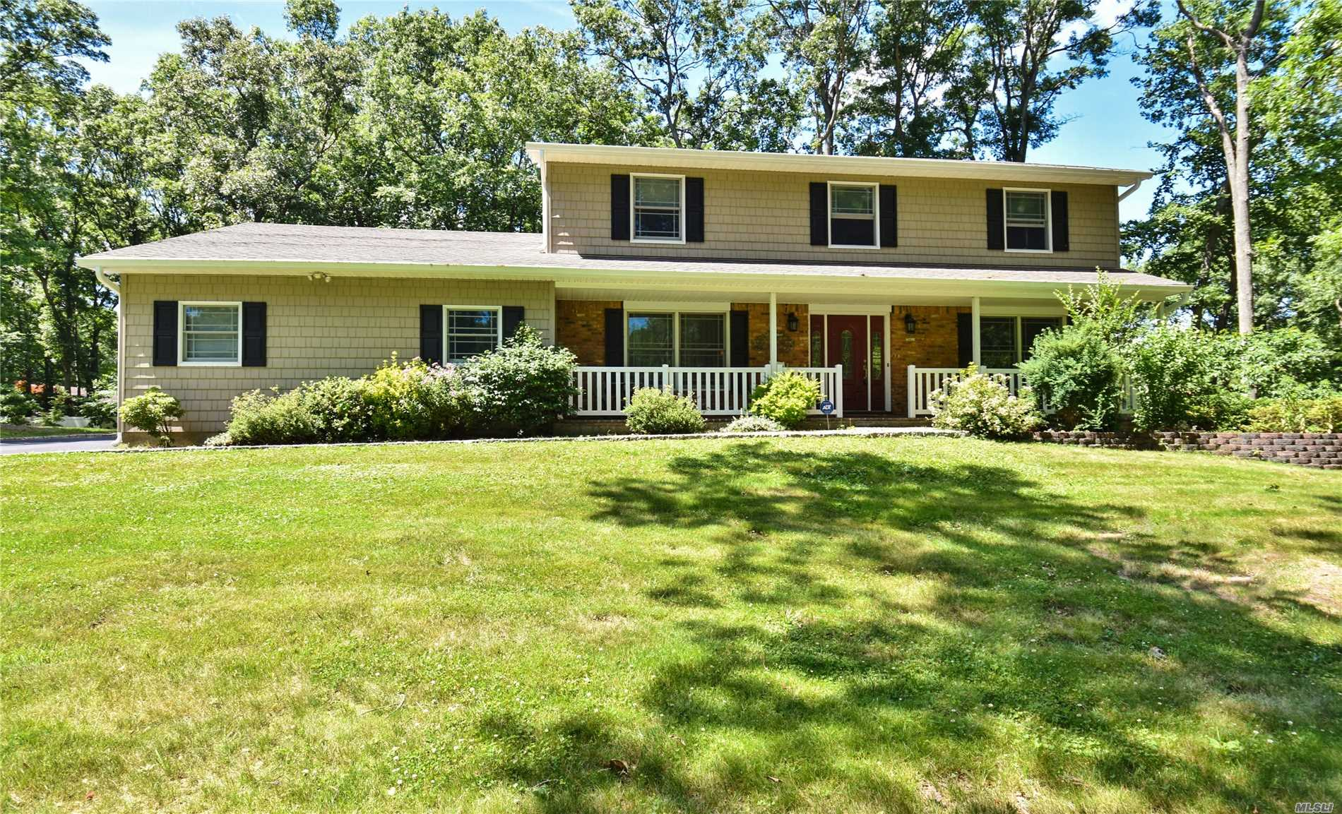 Photo of home for sale at 34 Hastings Dr, Northport NY