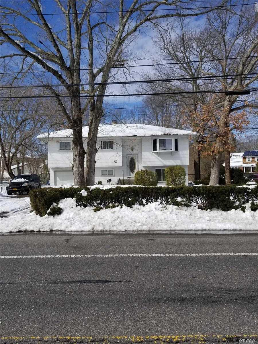 Photo of home for sale at 561 Spur Dr, Bay Shore NY