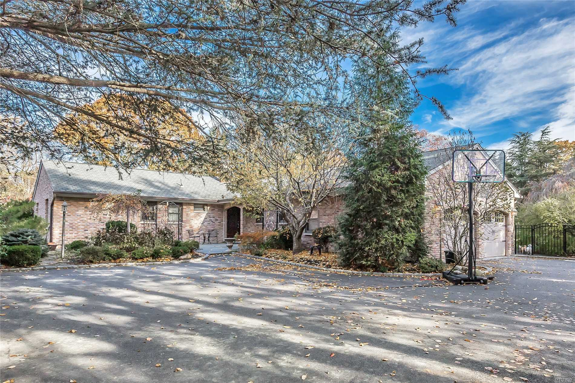 Photo of home for sale at 270 Circle Rd, Muttontown NY
