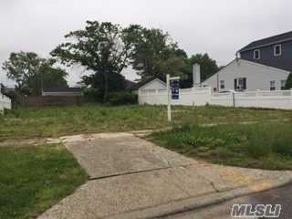 Photo of home for sale at 28 North Blvd, East Rockaway NY