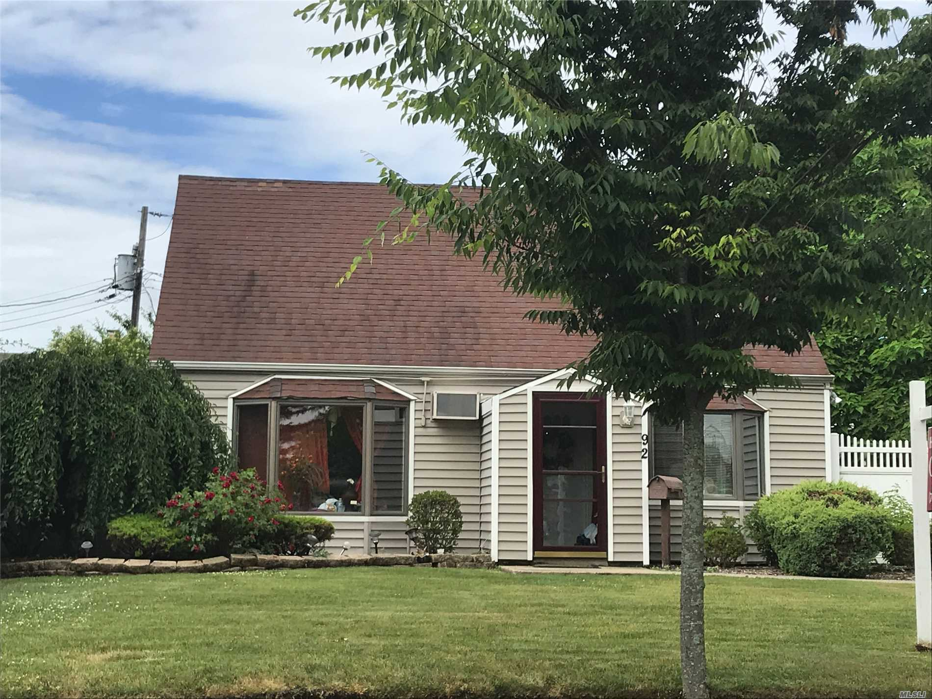 Photo of home for sale at 92 Wolcott Rd, Levittown NY