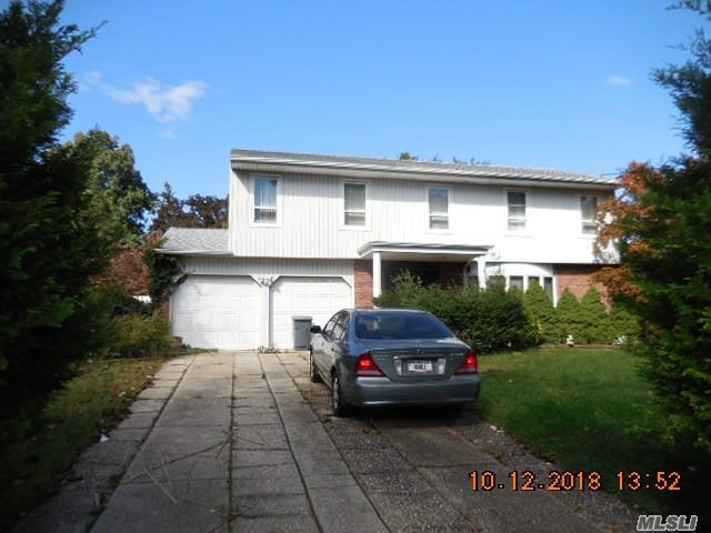 Photo of home for sale at 26 Middlesex Dr, Dix Hills NY