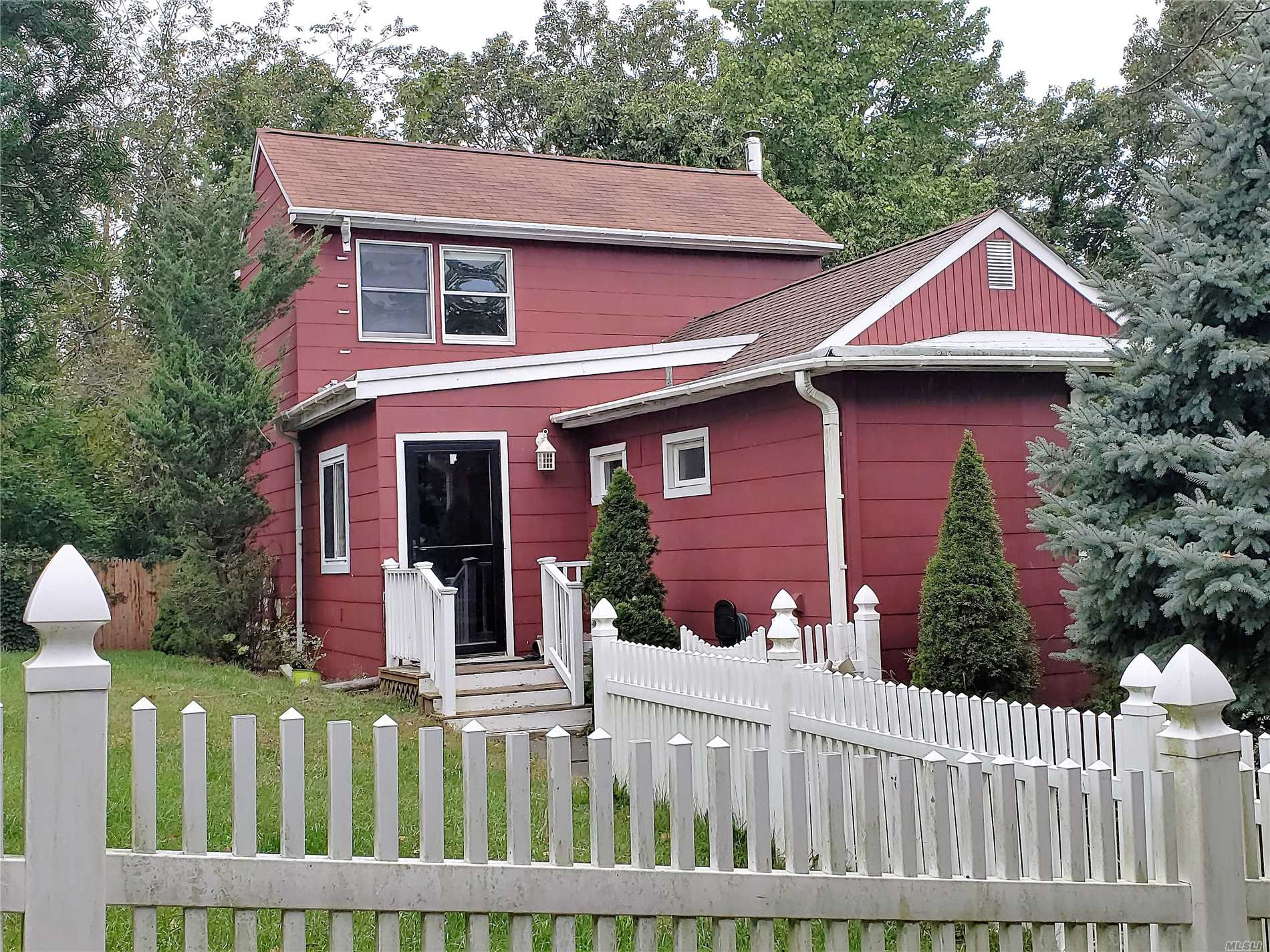 Photo of home for sale at 80 Woodlawn Rd, Rocky Point NY