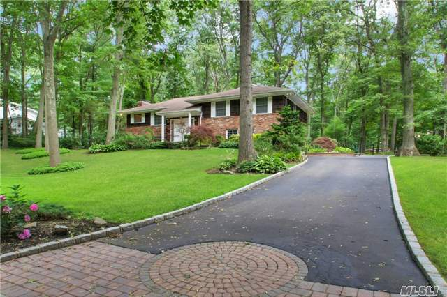 Photo of home for sale at 41 Round Tree Dr, Melville NY