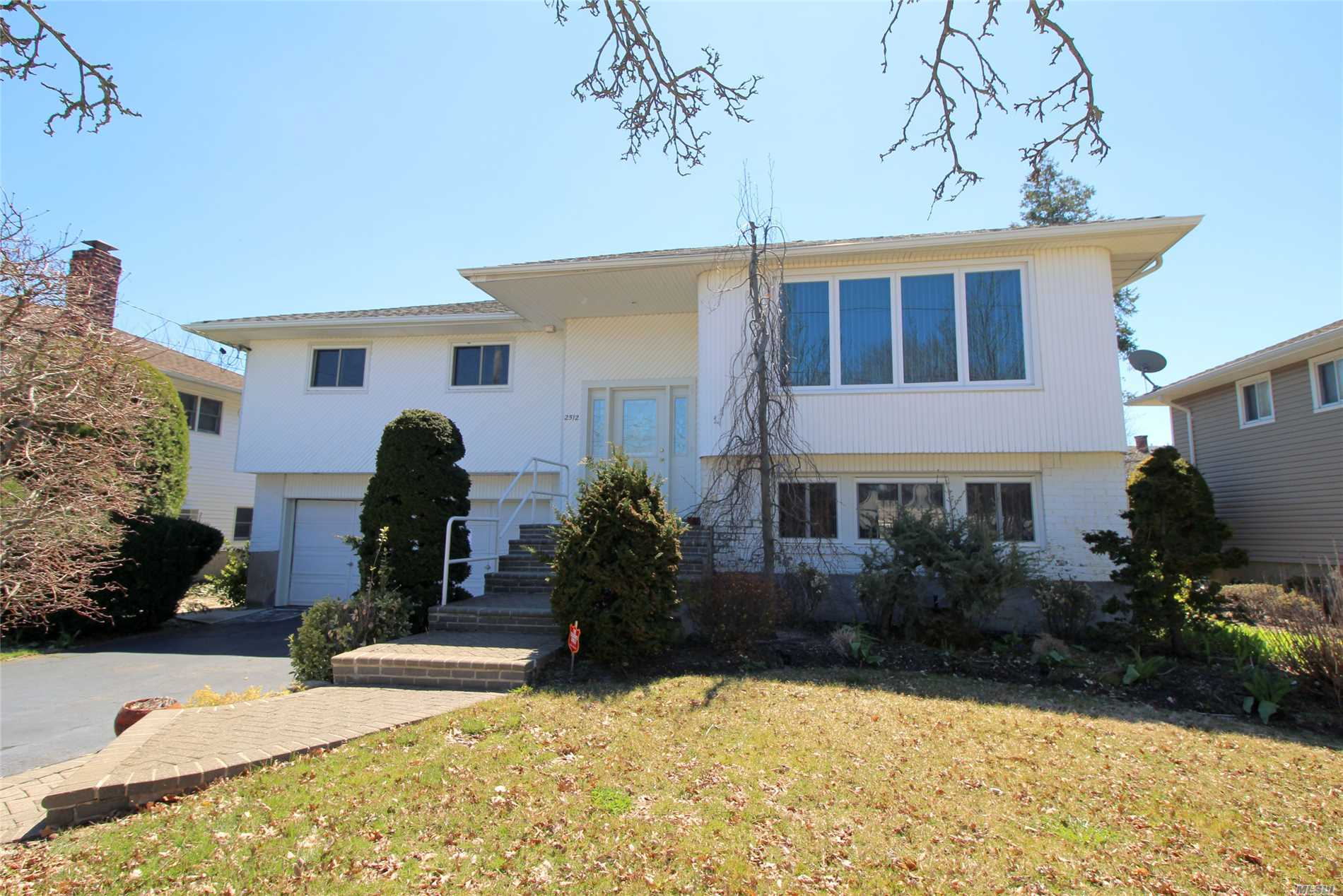 Photo of home for sale at 2512 April Ln, Bellmore NY
