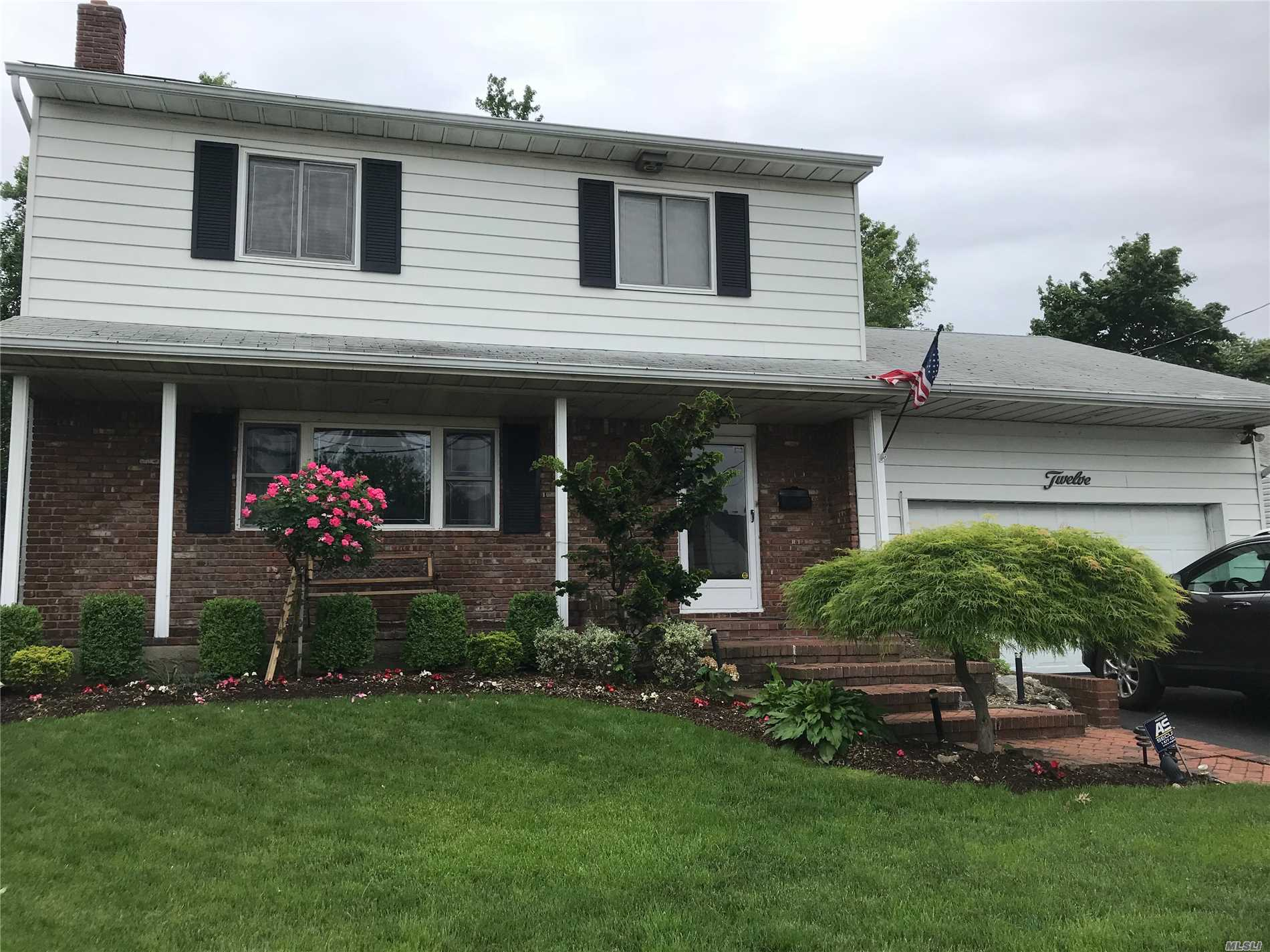 Photo of home for sale at 12 Steven Dr, Hewlett NY