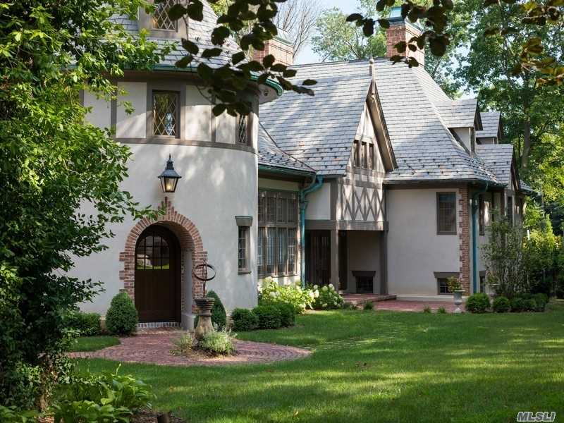 Photo of home for sale at 2 Elderfields Rd, Manhasset NY