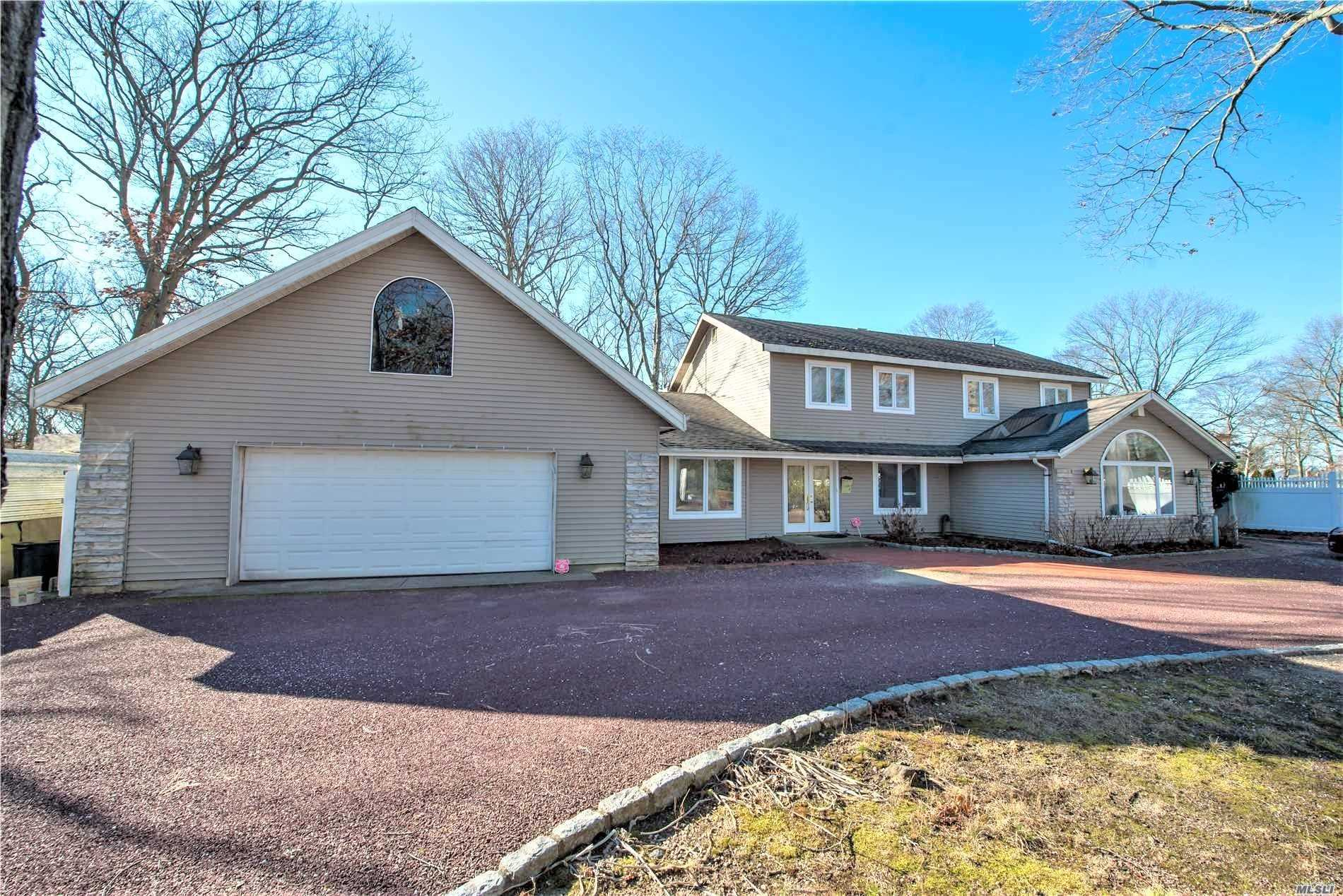 Photo of home for sale at 10 Russet Ln, Lake Grove NY