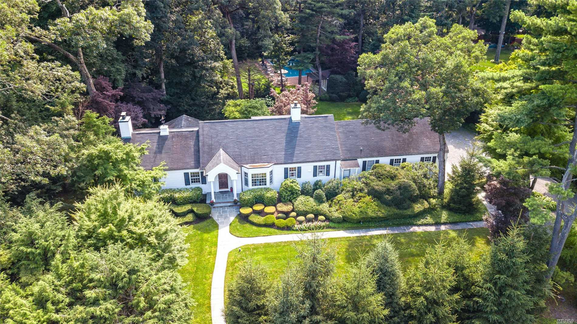 Photo of home for sale at 22 Fox Hollow Ln, Old Westbury NY