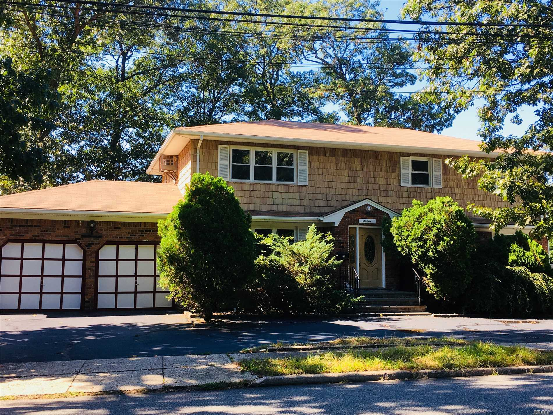 Photo of home for sale at 16 Cedar St, Syosset NY