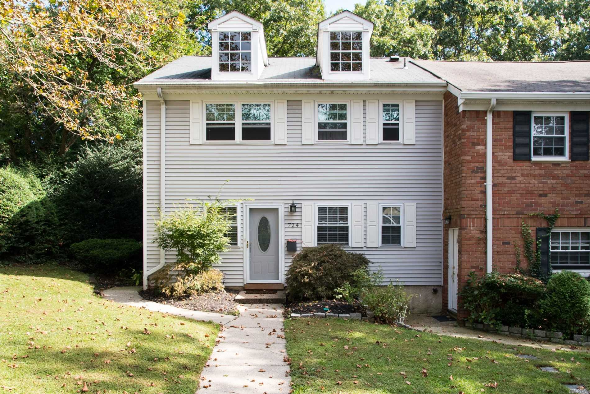 Property for sale at 724 Towne House Vlg, Hauppauge,  NY 11749