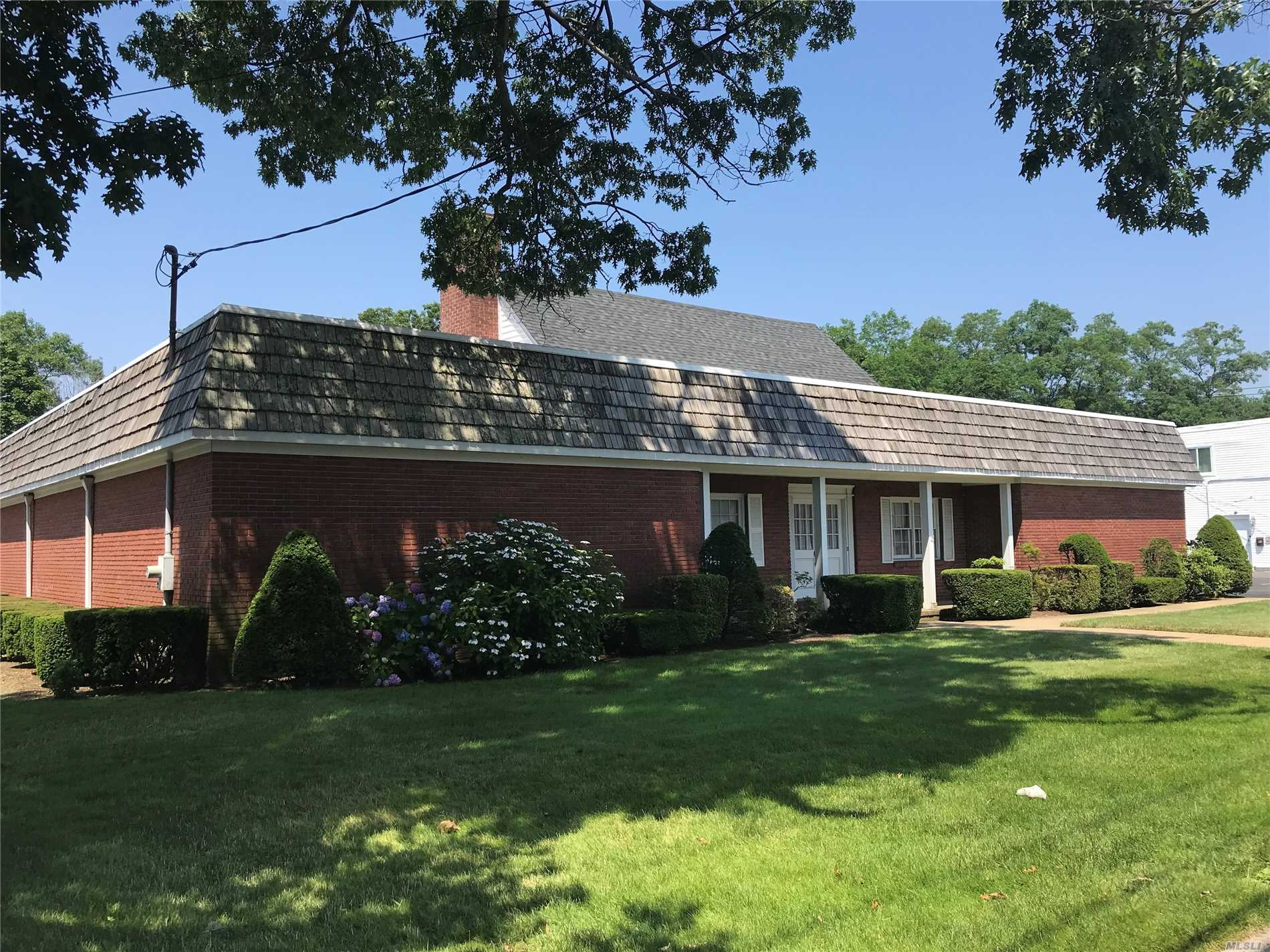 Photo of home for sale at 98 Carleton Ave, Islip Terrace NY