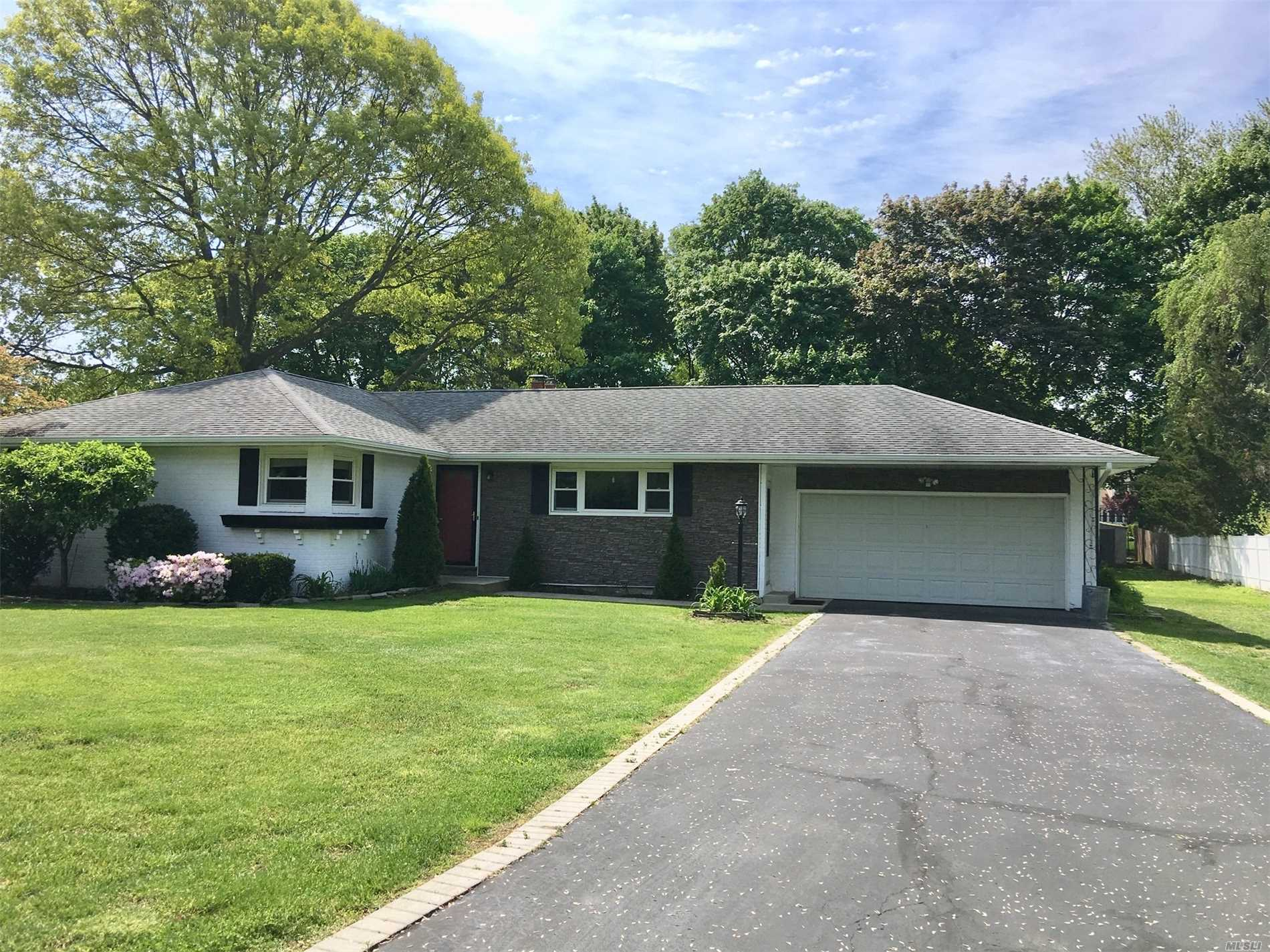 Photo of home for sale at 42 Sea Cove Rd, Northport NY