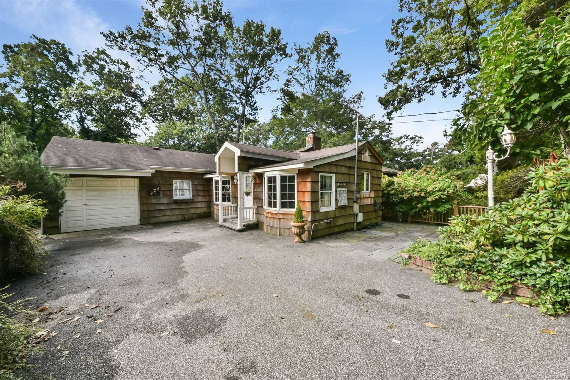 Photo of home for sale at 7 Oakleaf Ct, Northport NY