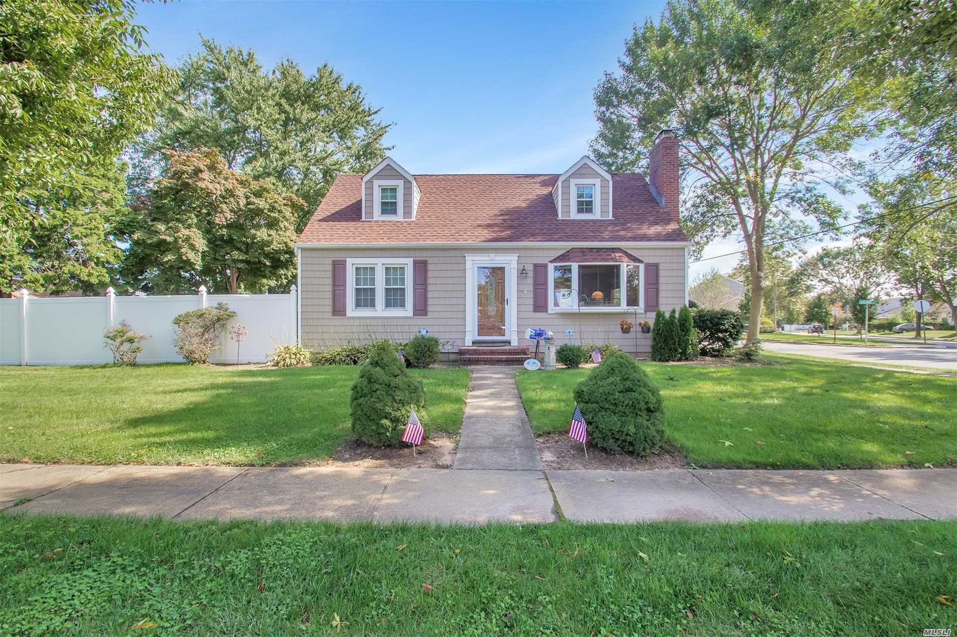 Photo of home for sale at 10 Algonquin Ave, Massapequa NY