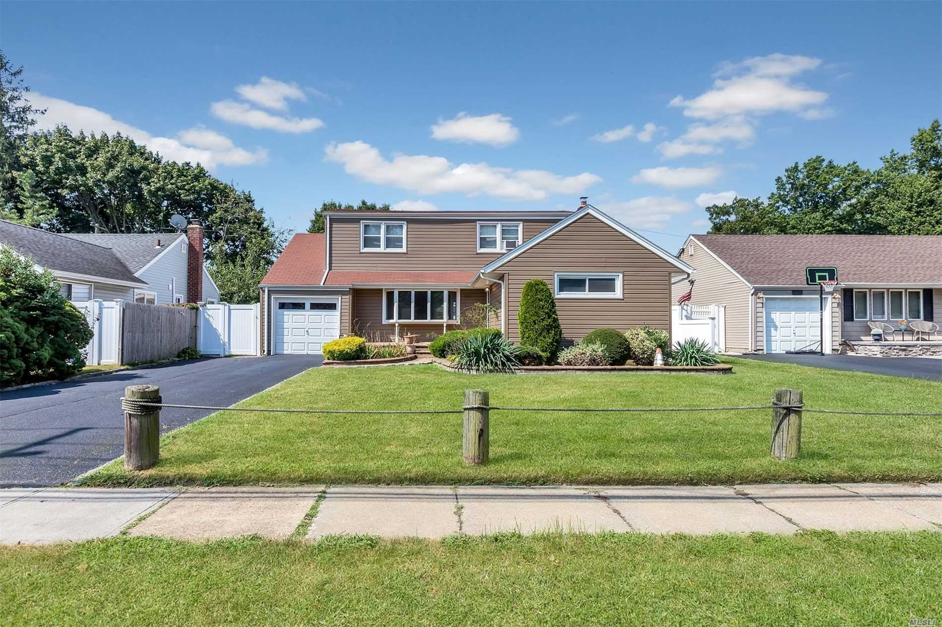 Photo of home for sale at 1010 Bellmore Rd, North Bellmore NY