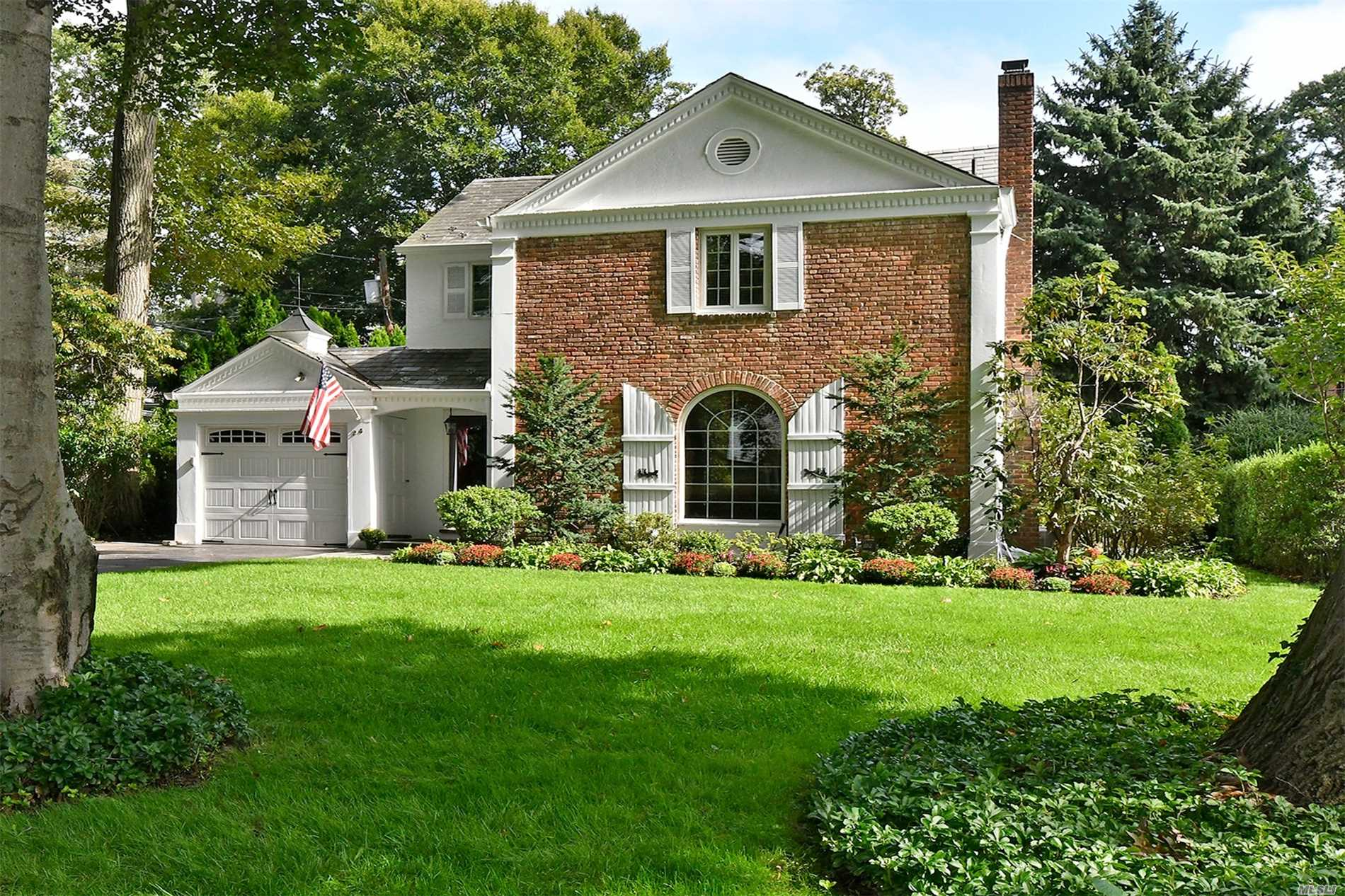Photo of home for sale at 24 Oxford Rd, Manhasset NY