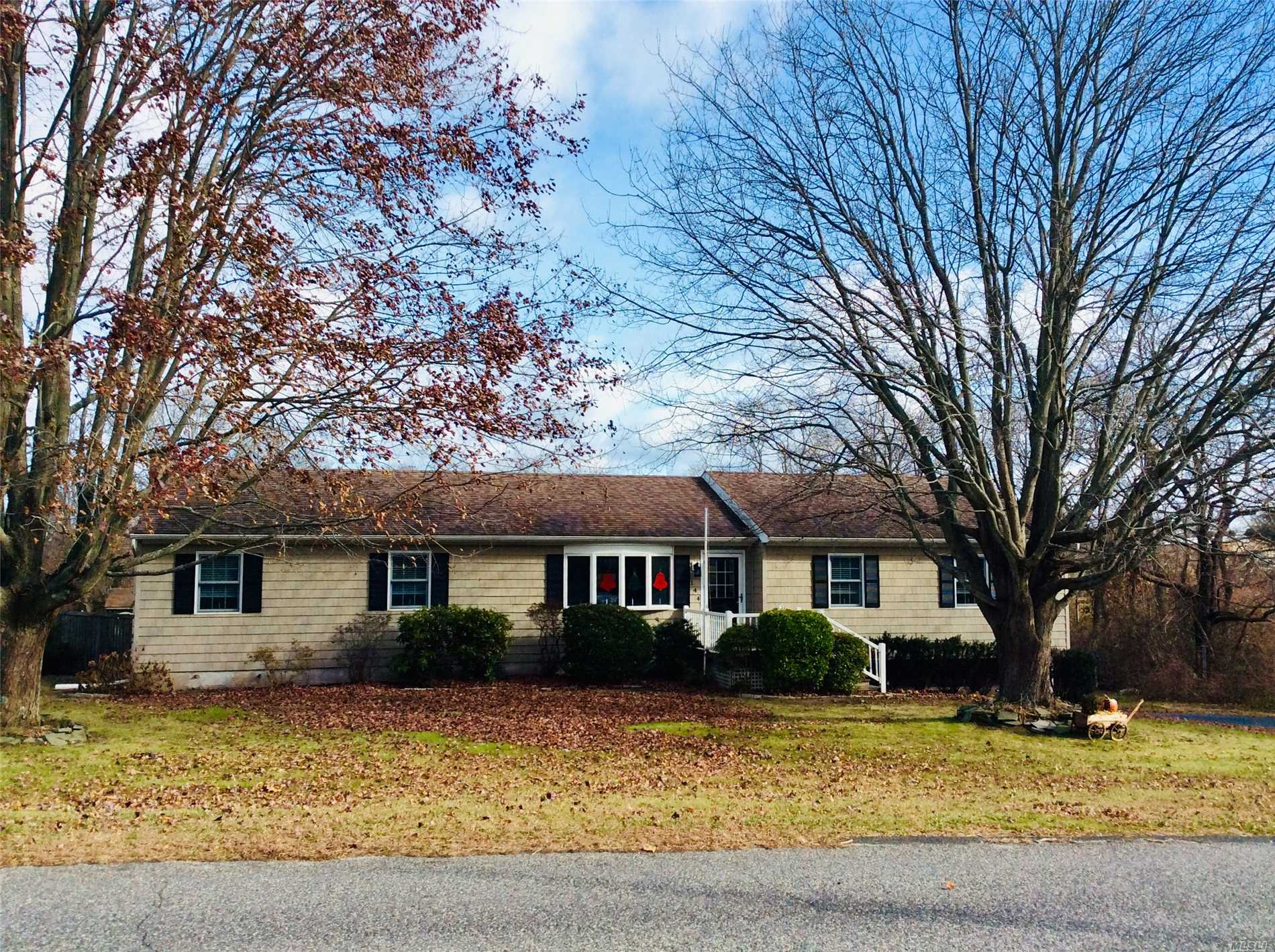 Photo of home for sale at 144 Manor Ln, Jamesport NY