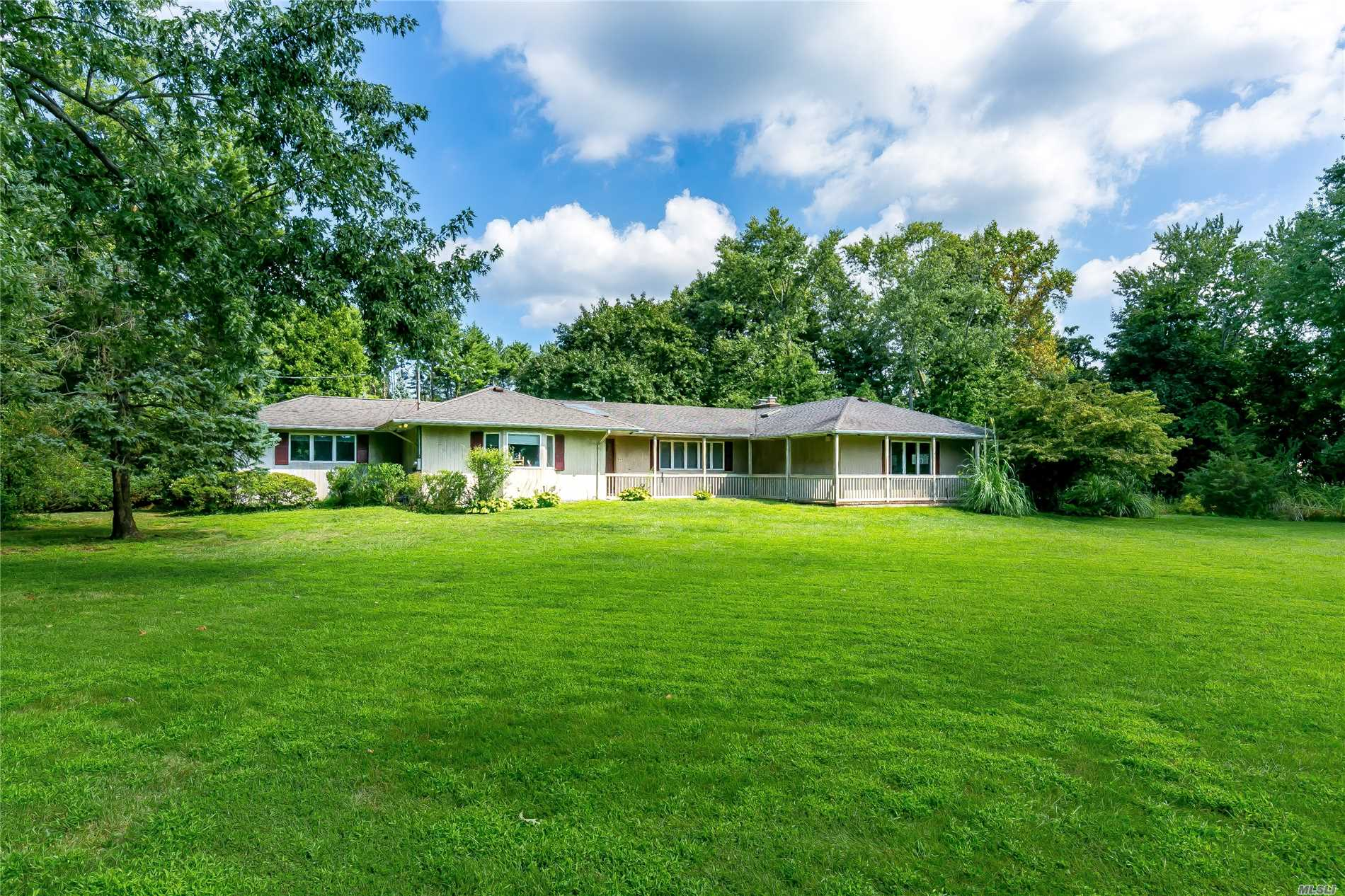 Photo of home for sale at 15 Circle Rd, Muttontown NY