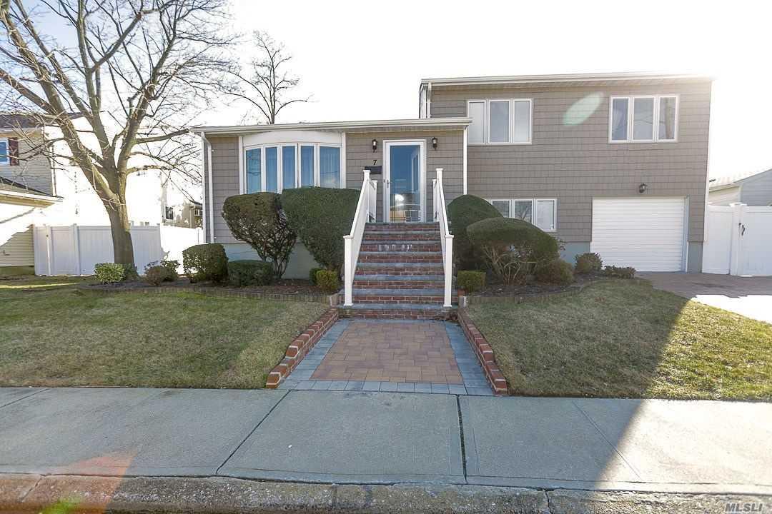Photo of home for sale at 7 Davison Pl, Freeport NY