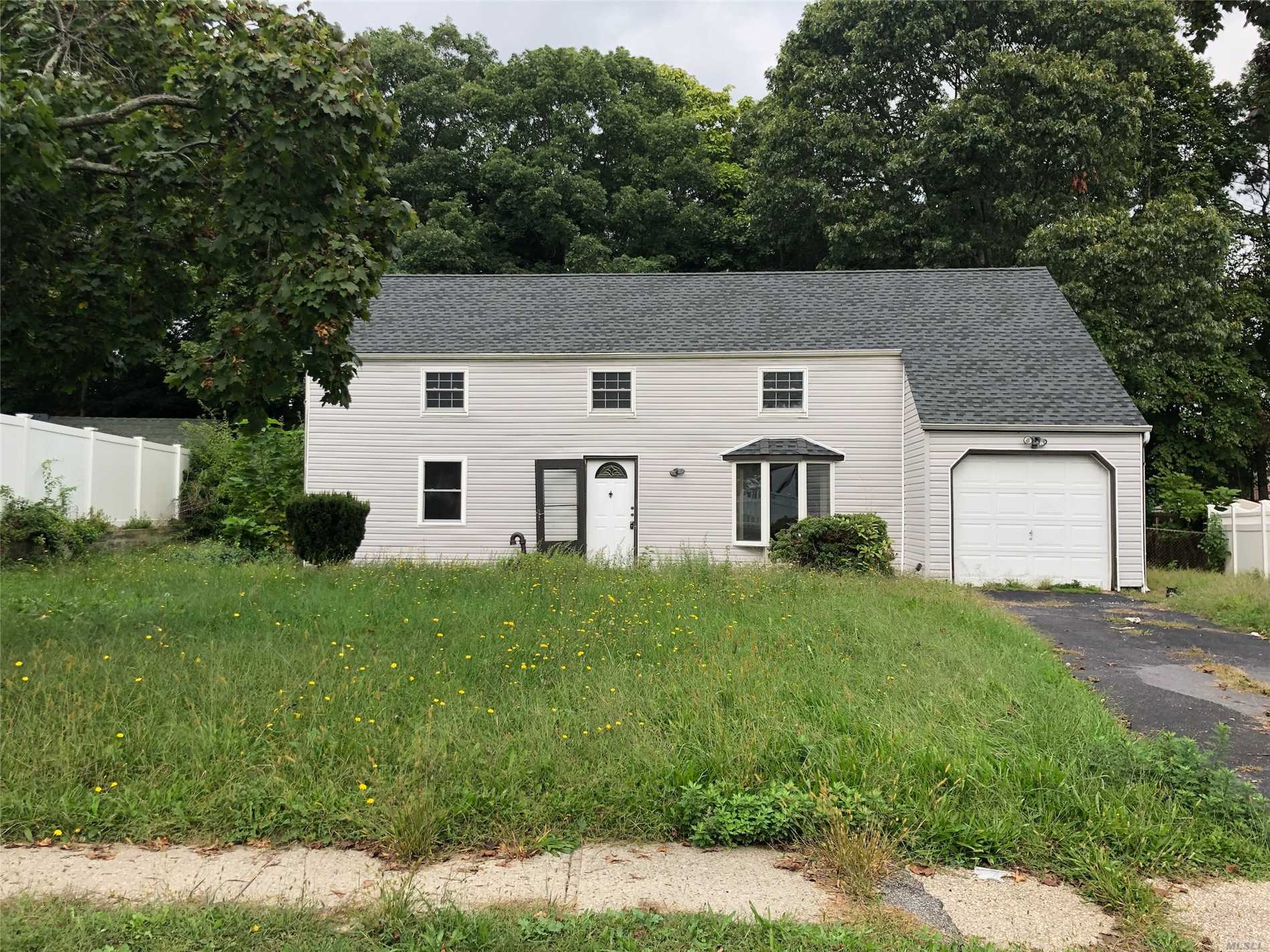 Photo of home for sale at 16 Hillsite Ln, Central Islip NY