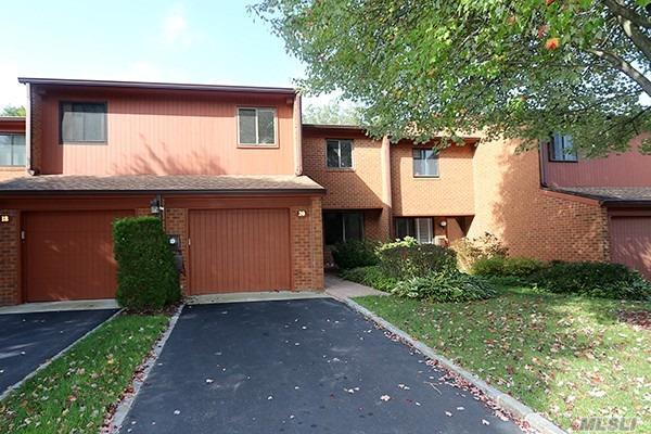 Photo of home for sale at 20 Cricket Club Dr, Roslyn NY