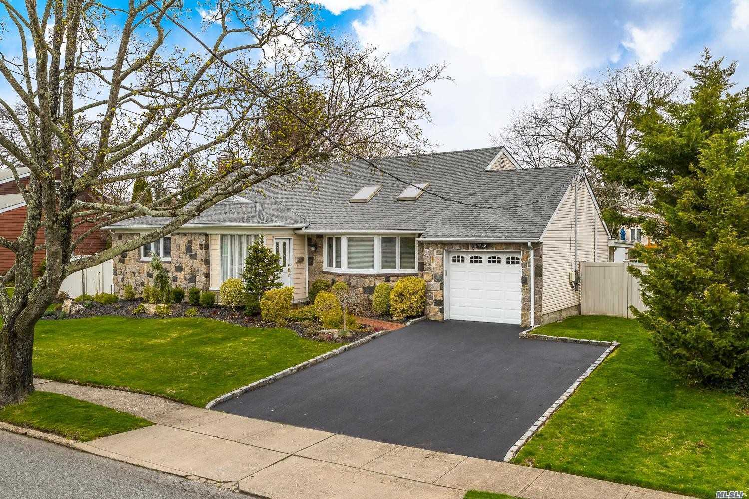 Photo of home for sale at 95 Harbor Ln, Massapequa Park NY