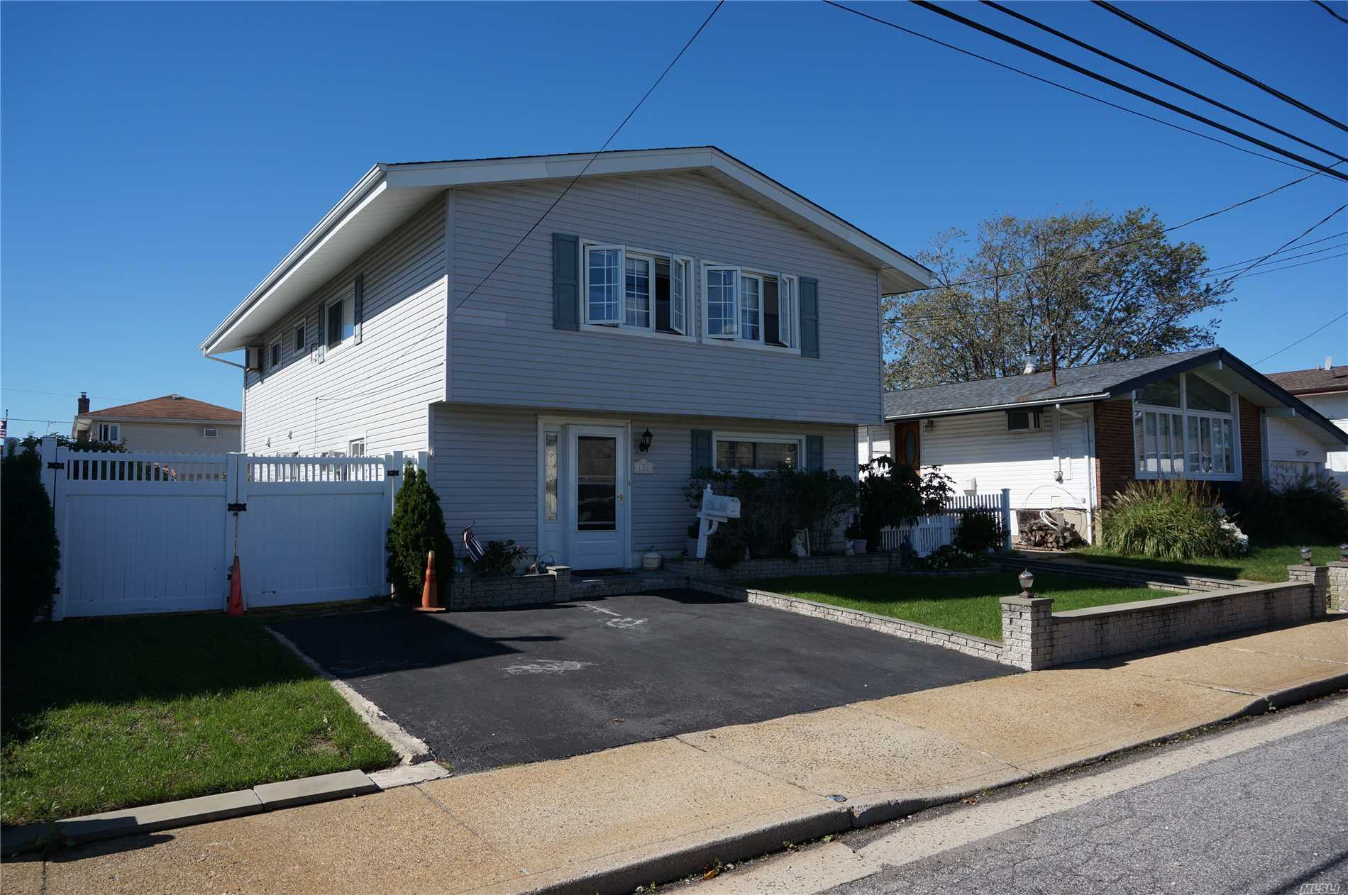Photo of home for sale at 496 Nassau Ave, Freeport NY