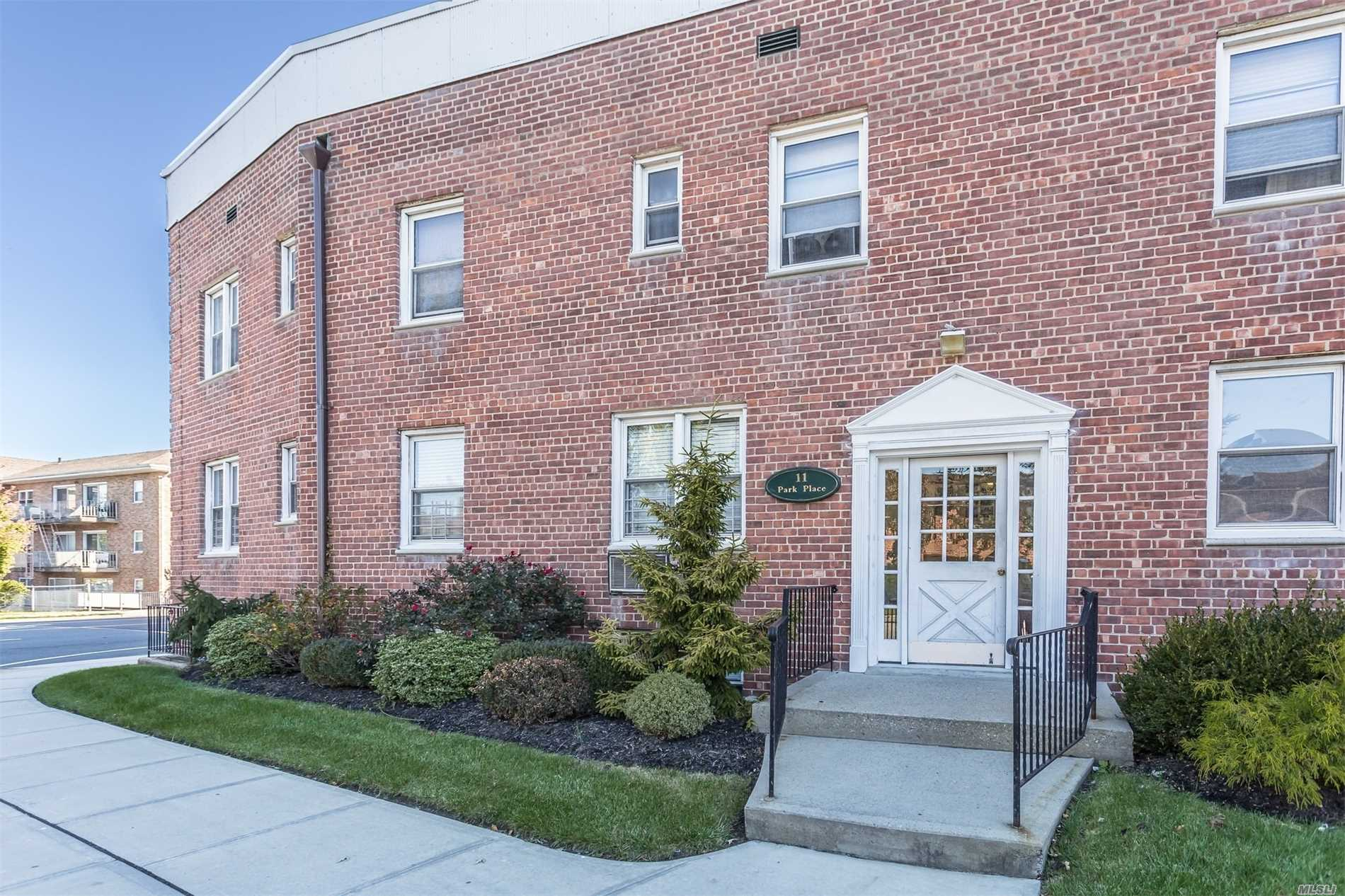 Property for sale at 11 Park Pl, Rockville Centre,  NY 11570