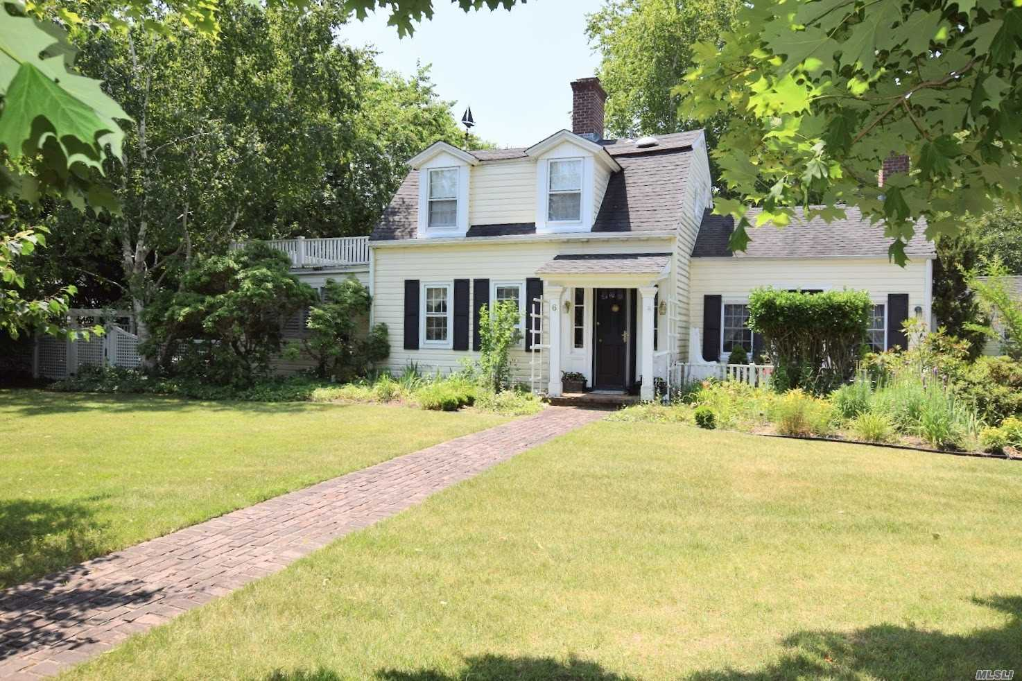 Photo of home for sale at 6 Brewster Ln S, Bellport Village NY