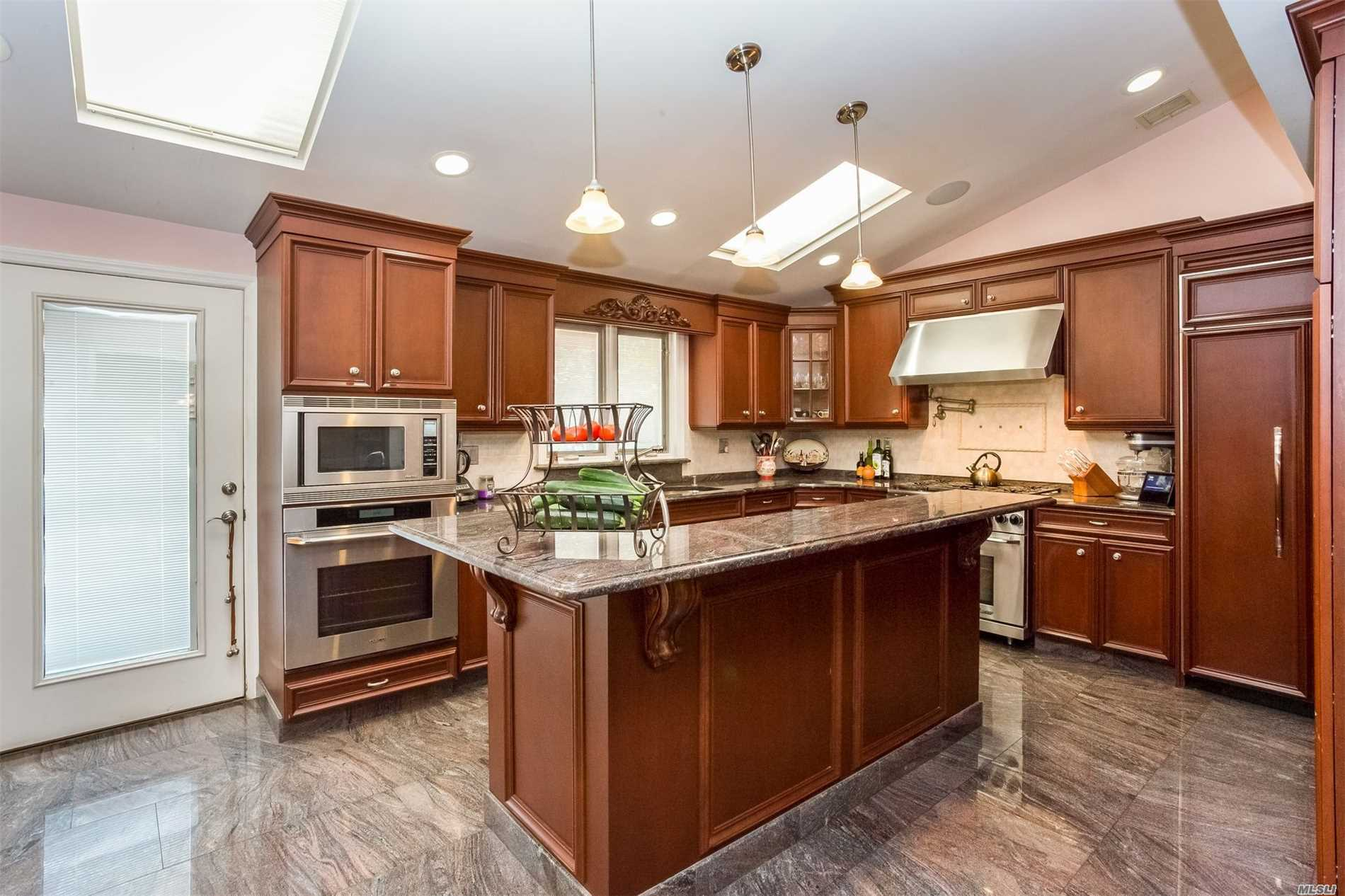 Photo of home for sale at 79 Woodoak Dr, Westbury NY