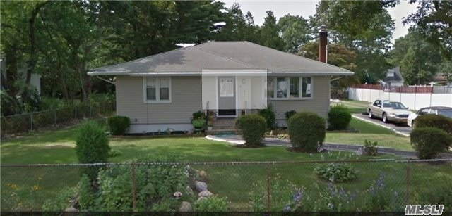 Photo of home for sale at 86 Pear St, Brentwood NY