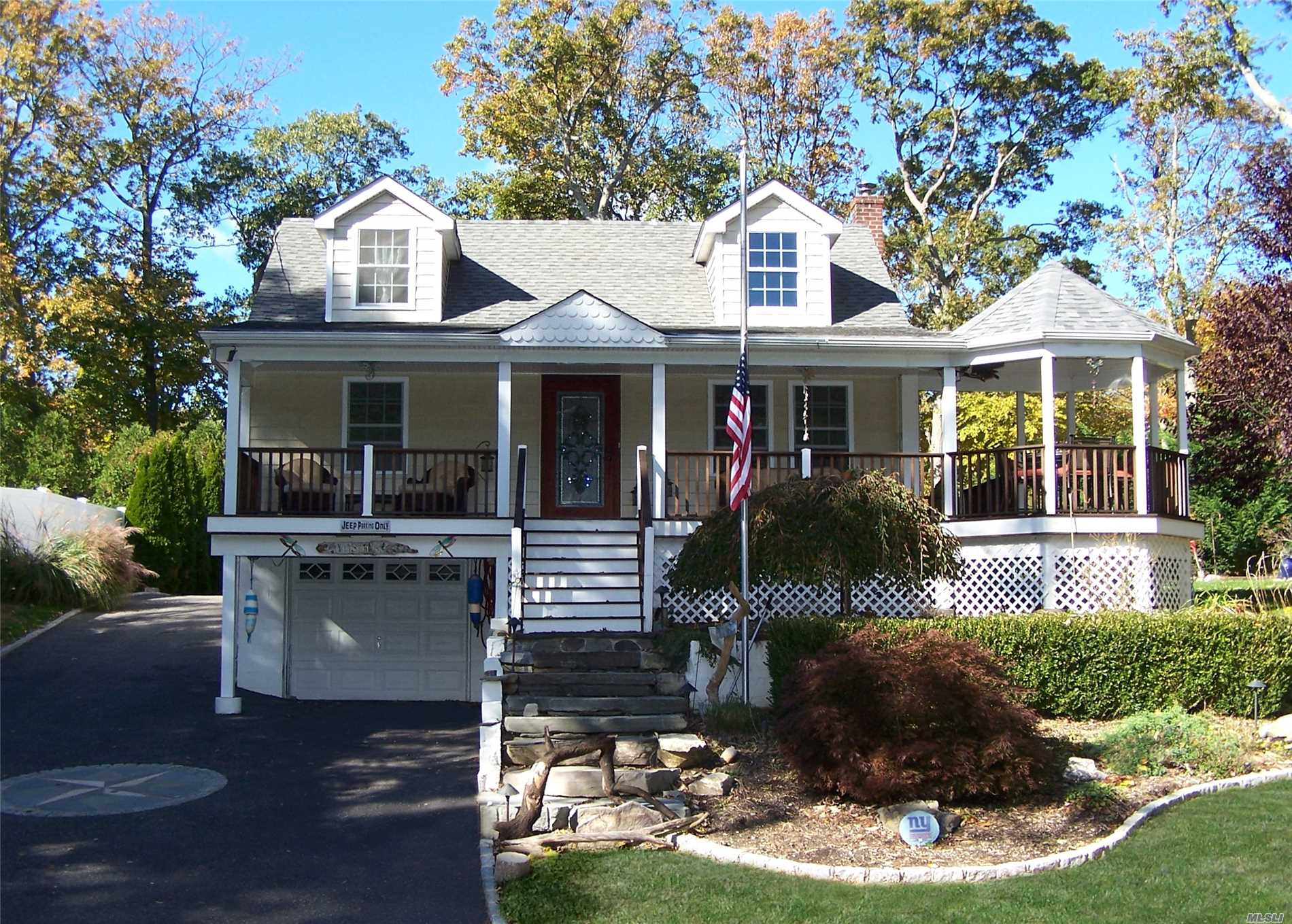 Photo of home for sale at 54 Washington St, Setauket NY