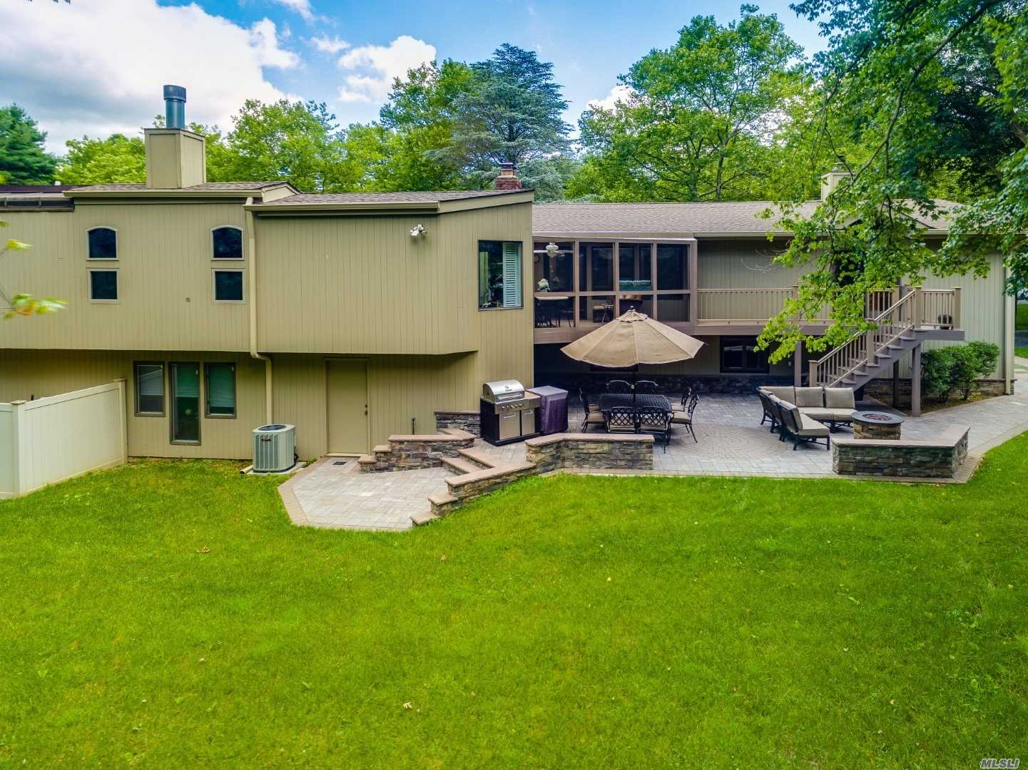 Photo of home for sale at 40 Cottontail Rd, Melville NY