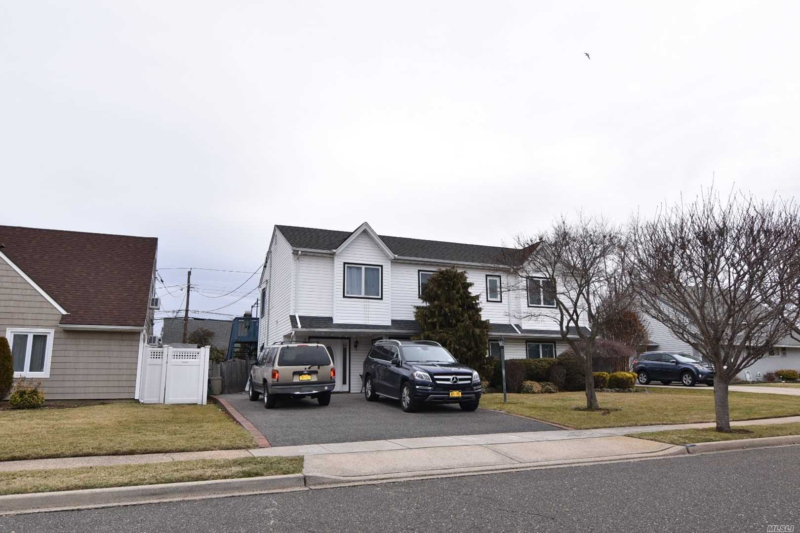 Photo of home for sale at 86 Weaving Ln, Wantagh NY