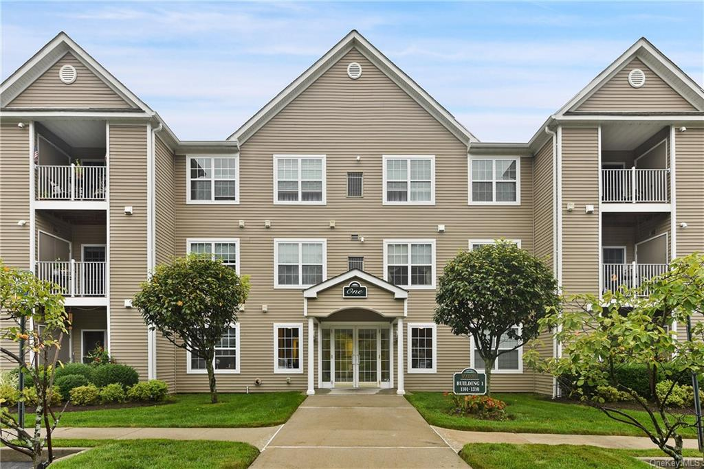 Woodcrest At Jacobs Hill! This first floor unit features an open floor plan with brand new floors, n