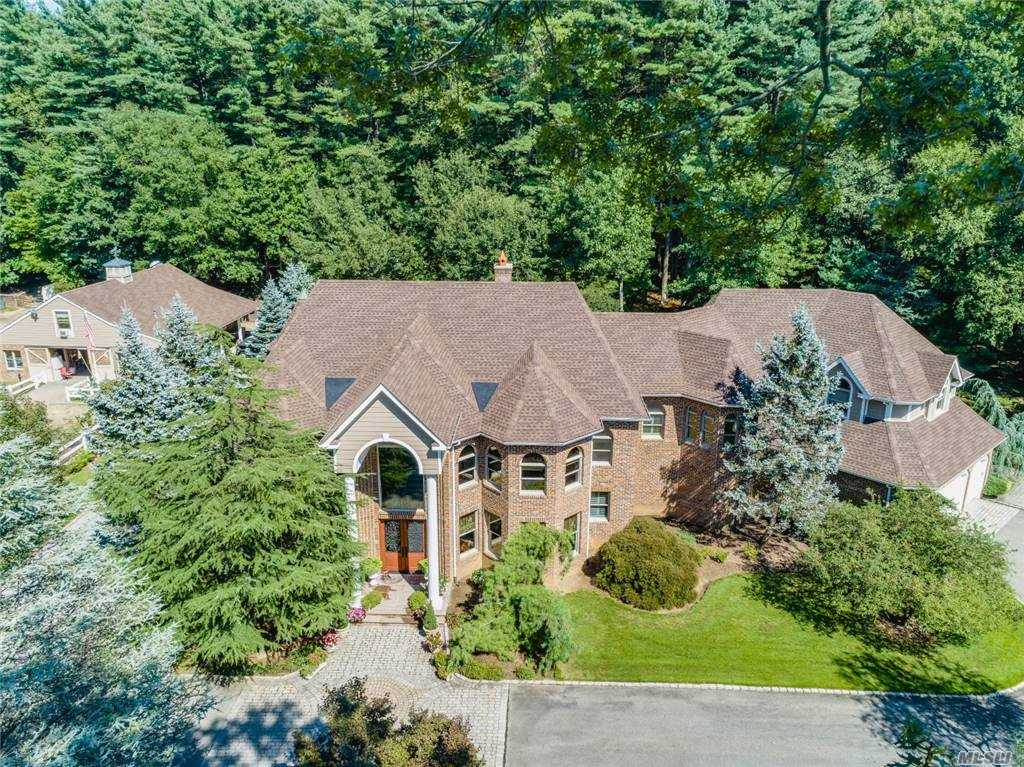 Listing in Laurel Hollow, NY