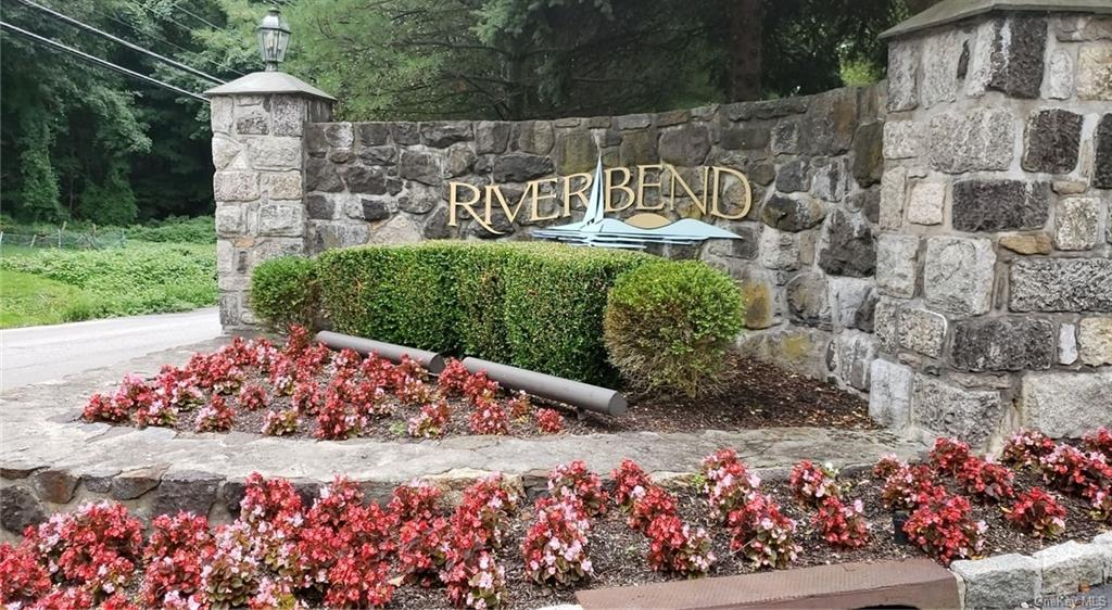 Welcome to this lovely & bright townhouse located in a sought after Riverbend community. The main le