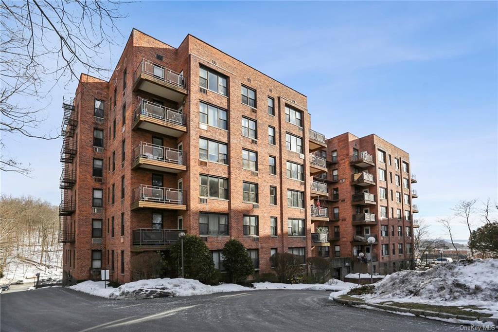 Glorious views!! Fabulous 3 Bedroom unit in Parkview with a great location. Great layout with kitche