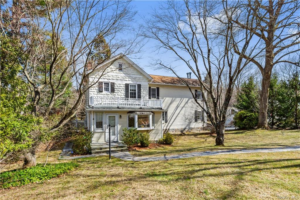 Welcome to Briarcliff Manor! This Spacious Three Bedroom Colonial is waiting for a new owner! Walk i